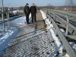 Die Brücke ist vereist, ansonsten ist der Radweg frei. V.r. Bucholz u. Bolten