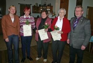 Kreisgeschäftsführerin Britta Weizenegger und Vorsitzender Wilhelm Schmolke mit den Jubilarinnen Bianca Kühl, Renate Geck und Ingrid Grimm